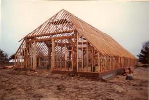houten skelet van de koo in aanbouw